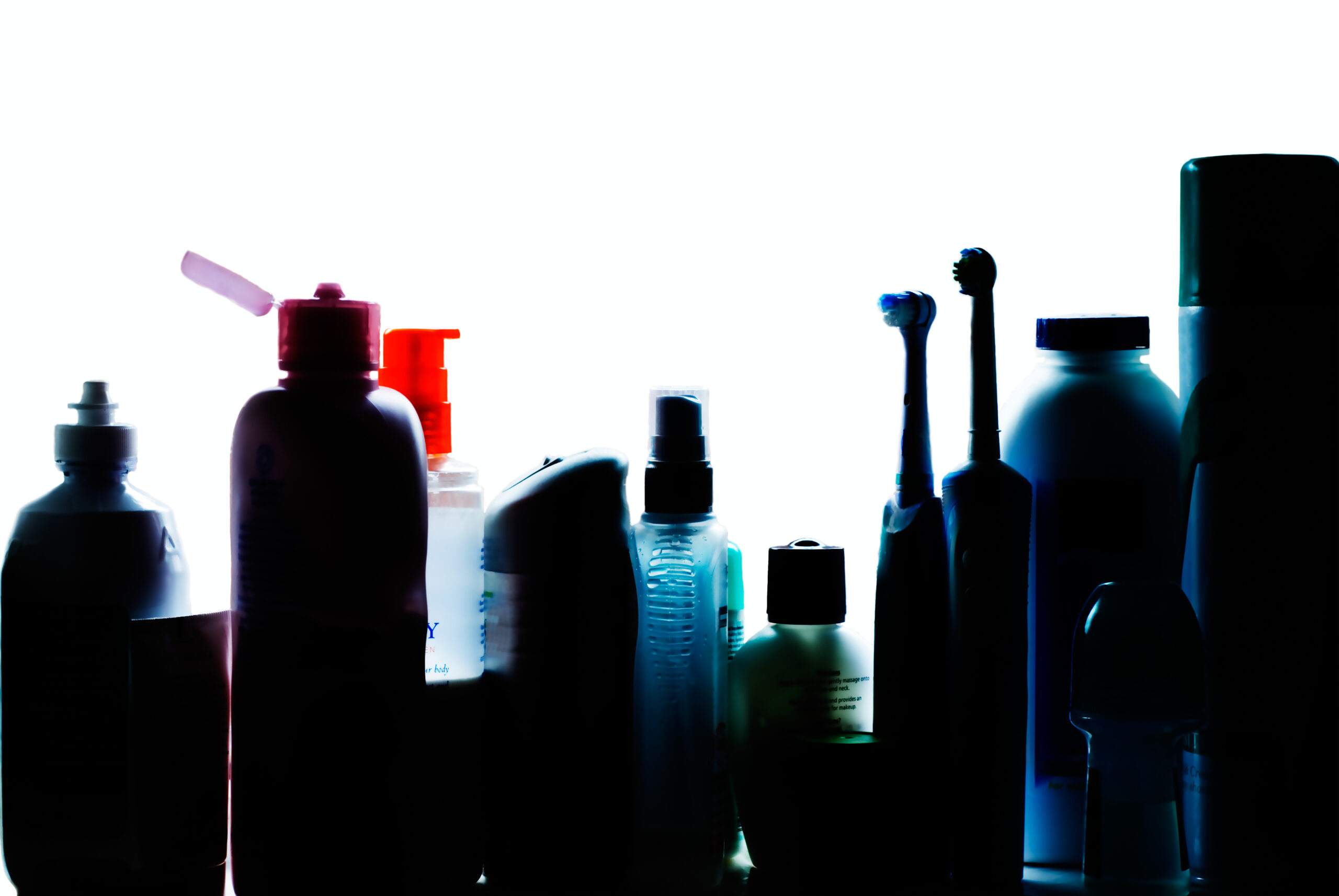 Siluett av hygienprodukter i ett badrumsskåp