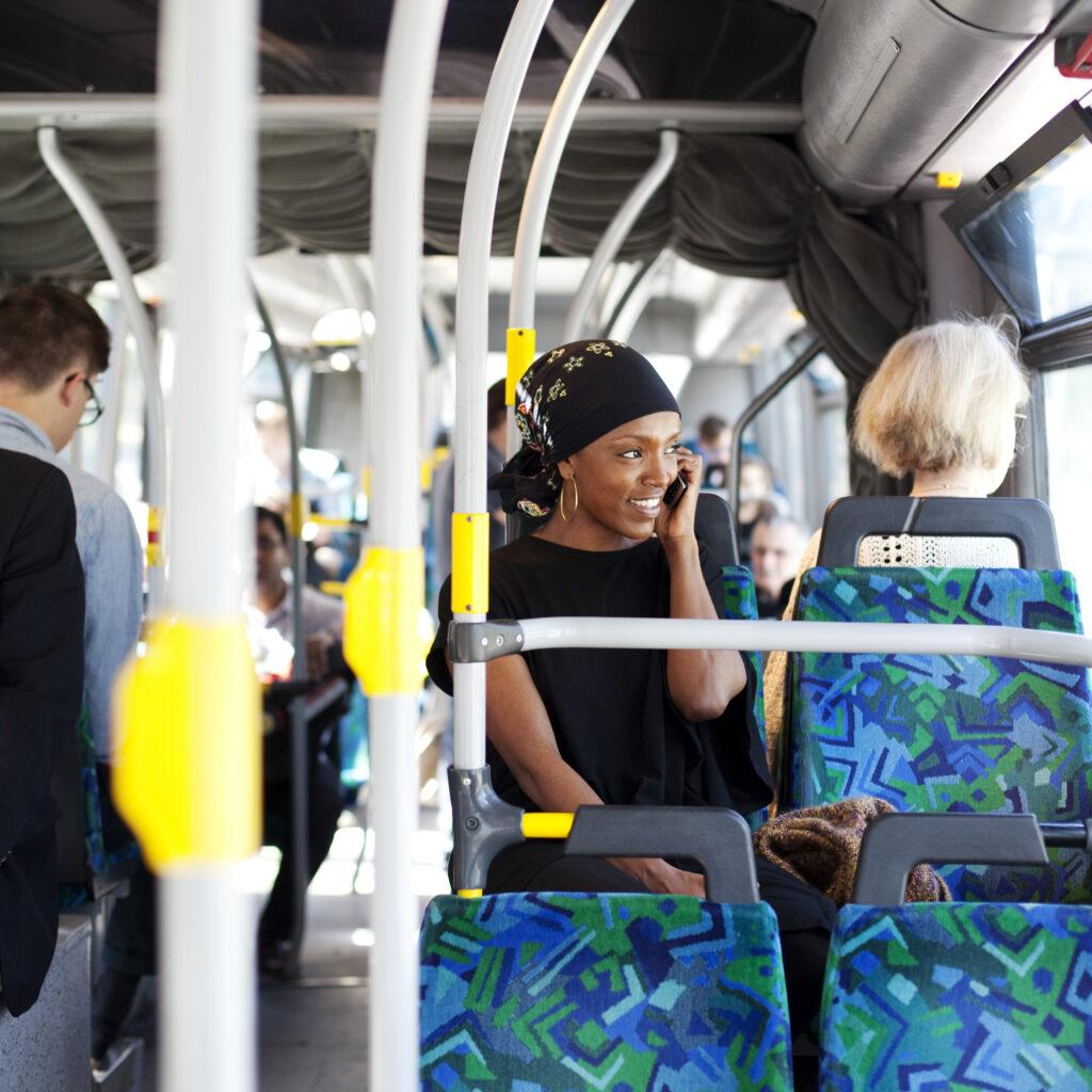 En kvinna som åker buss.