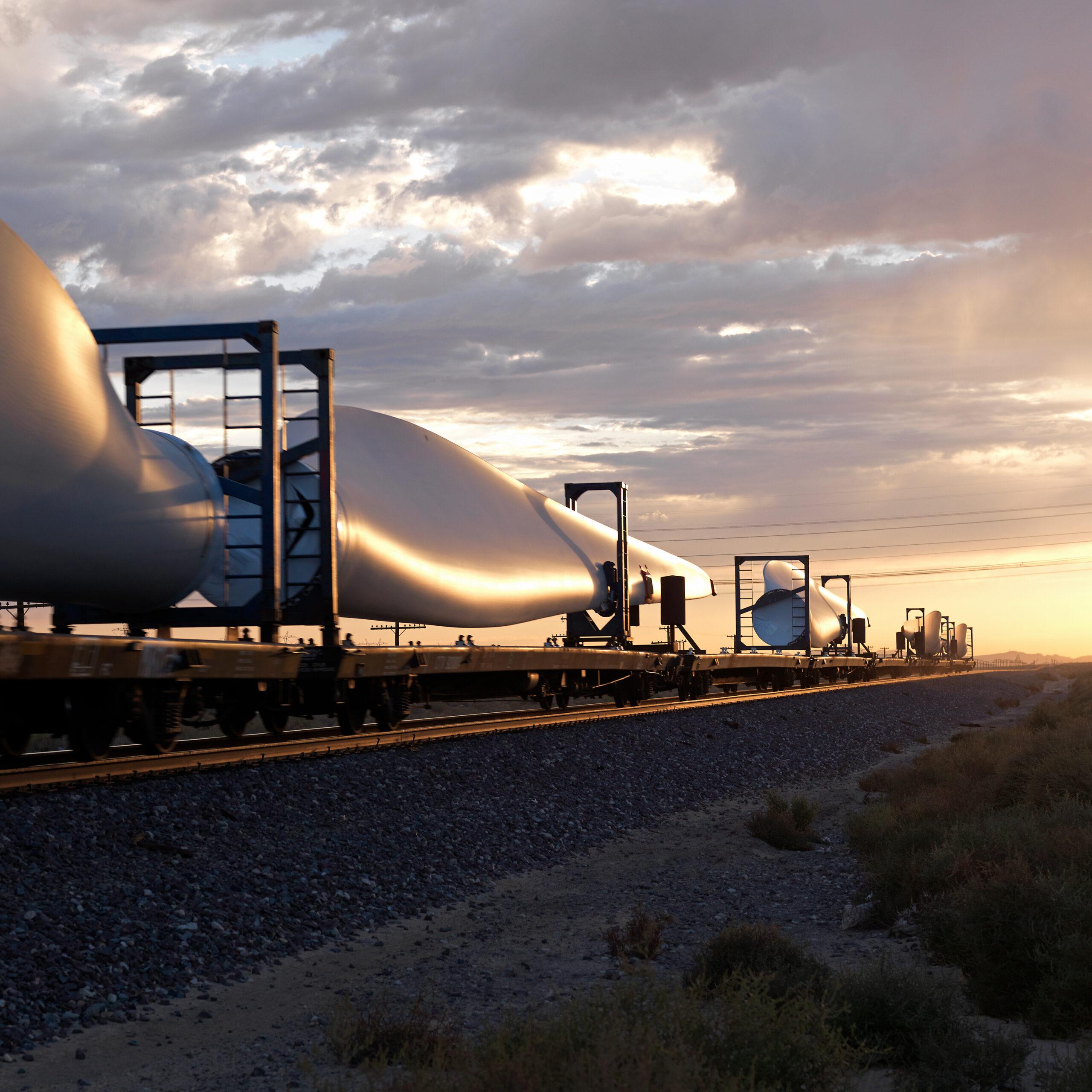 Vindturbiner som transporteras med tåg.