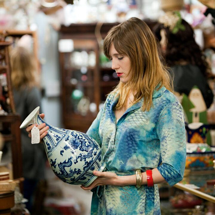 Kvinna tittar på en vas