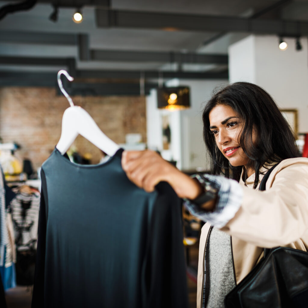 Kvinna shoppar kläder
