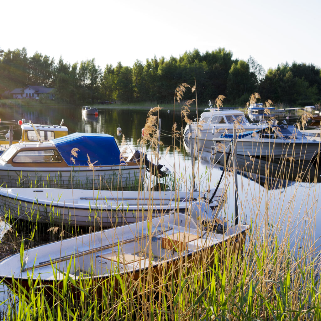 nöjesbåt,fritidsbåt,plastbåt,skärgård,hamn,bryggor,båtklubb