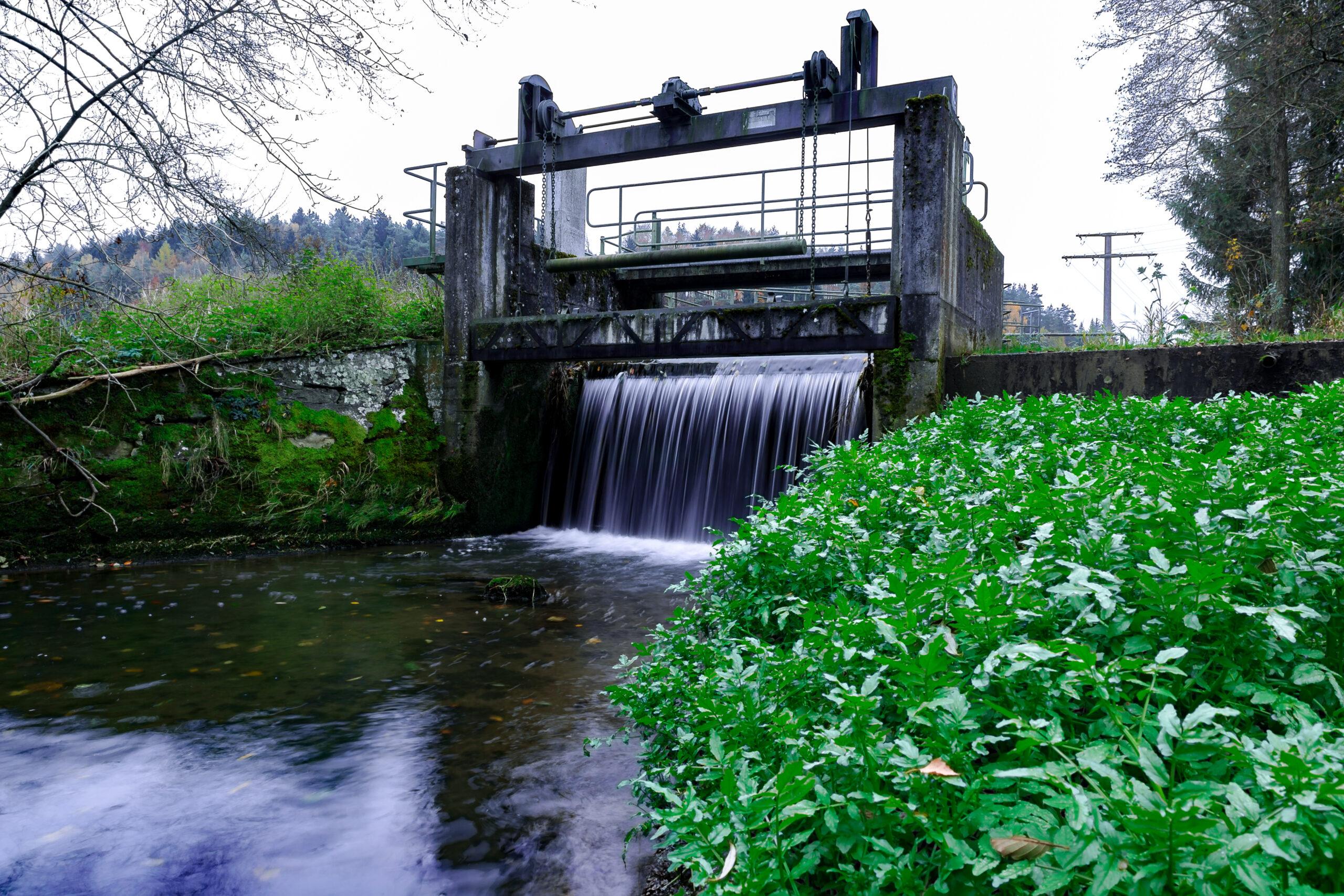 Vattenkraft och naturområde.