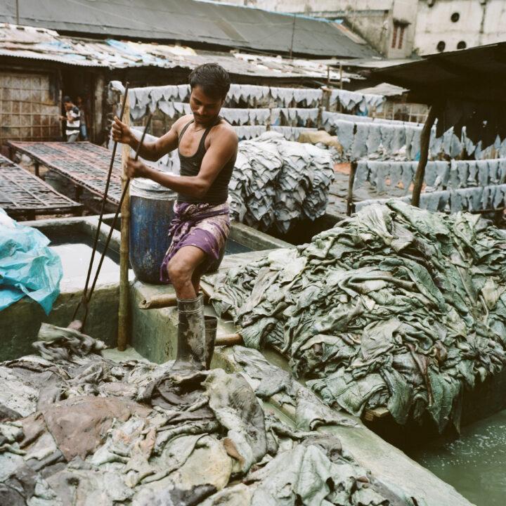 Lädertillverkning i Bangladesh. Läderindustrin använder mängder av kemikalier, och flera av dem är miljö- och hälsofarliga.