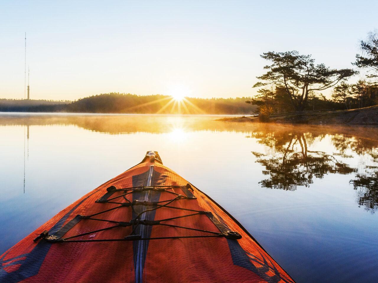 kajak, paddling, kanot, stilla vatten, sjö, solnedgång, avkoppling, aktivitet, friluftsliv, solljus, stillhet,