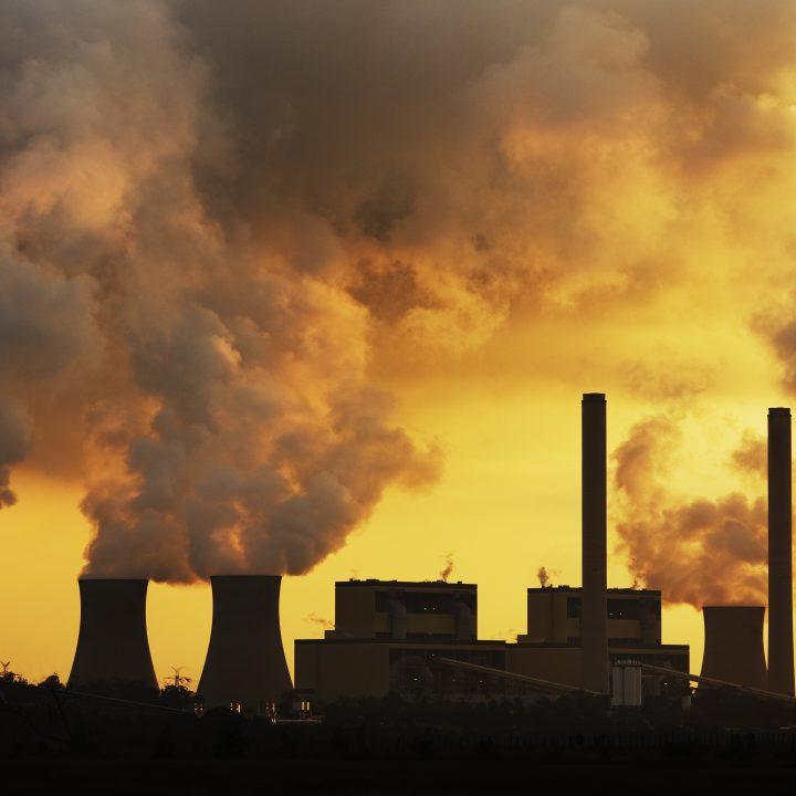 Kolkraftanläggning förbränner fossila bränslen
