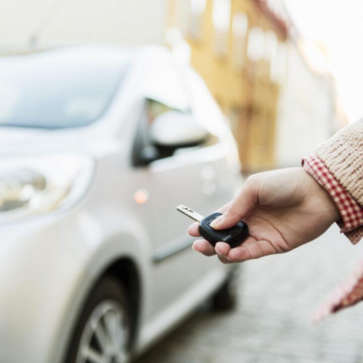 Parkering, bil, kvinna, stad, bilnyckeln, ljus, dag, himmel, hus