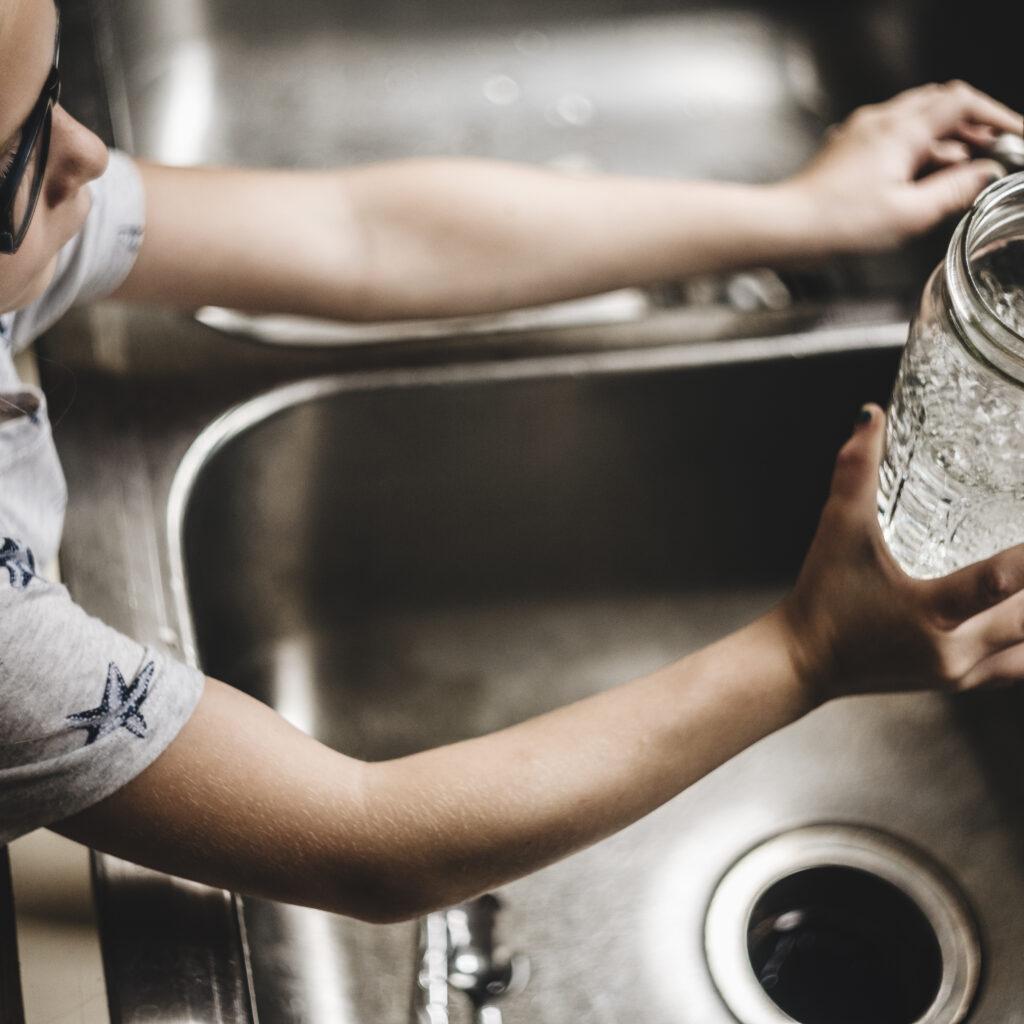 glas, flicka, vatten, diskho, kran, hemma, kök, dricka, rent