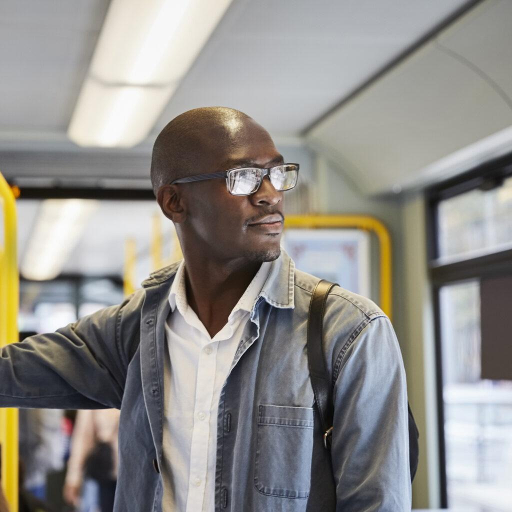 35-39 år, afroamerikansk etnicitet, buss, affärsman, linbana, stad, stadsliv, färgbild, pendlare, helt skallig, självförtroende, dag, jeansjacka, europa, glasögon, framifrån, innehav, horisontell, tillfälliga människor , landfordon, tittar bort, mitten av vuxen, mitten av vuxna män, transportsätt, en person, passagerare, fotografi, kollektivtrafik, skandinavien, selektiv inriktning, stående, stockholm, sverige, spårväg, transport, resa, fordonsinredning, midja upp , pendling, urban
