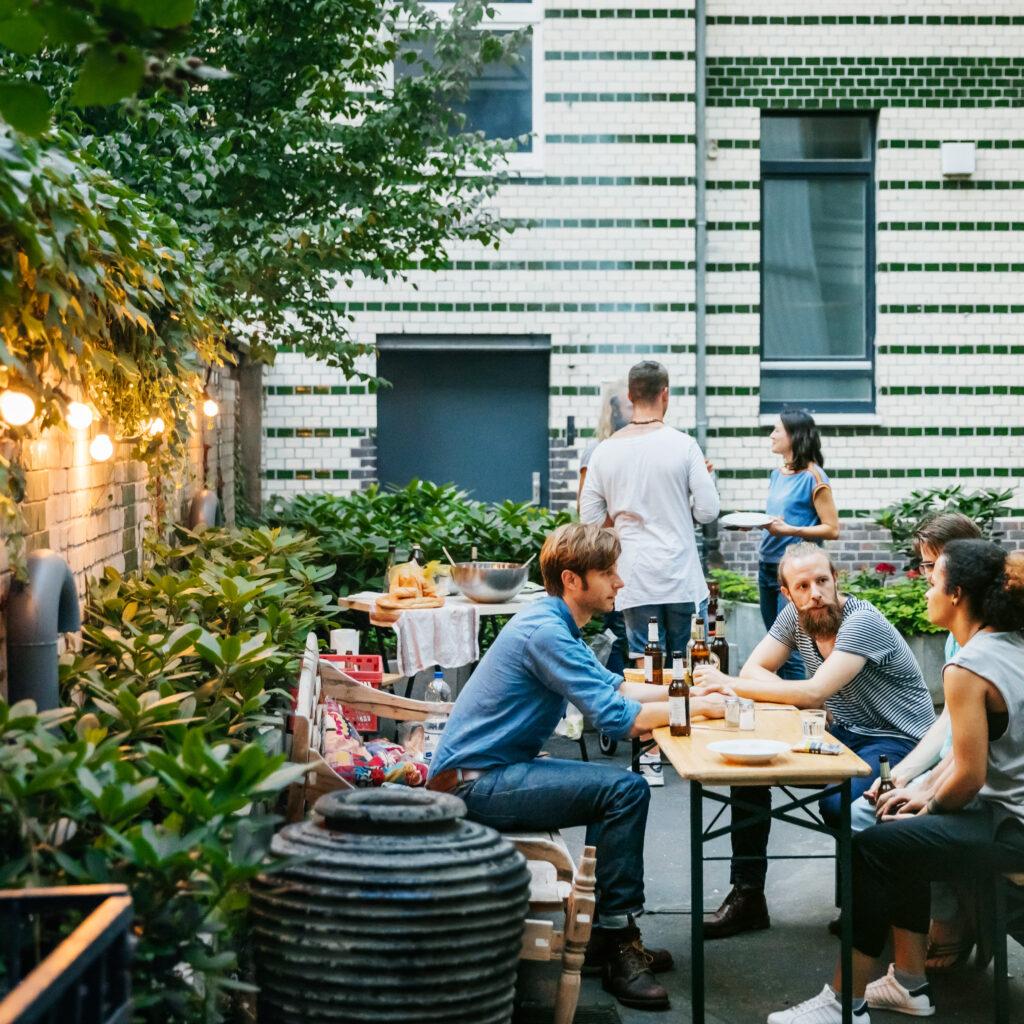 kvinnor, killar, utomhus, lunch, rast, restaurangen, kafé, dricka, umgås, utemöbler, sommar, innegård