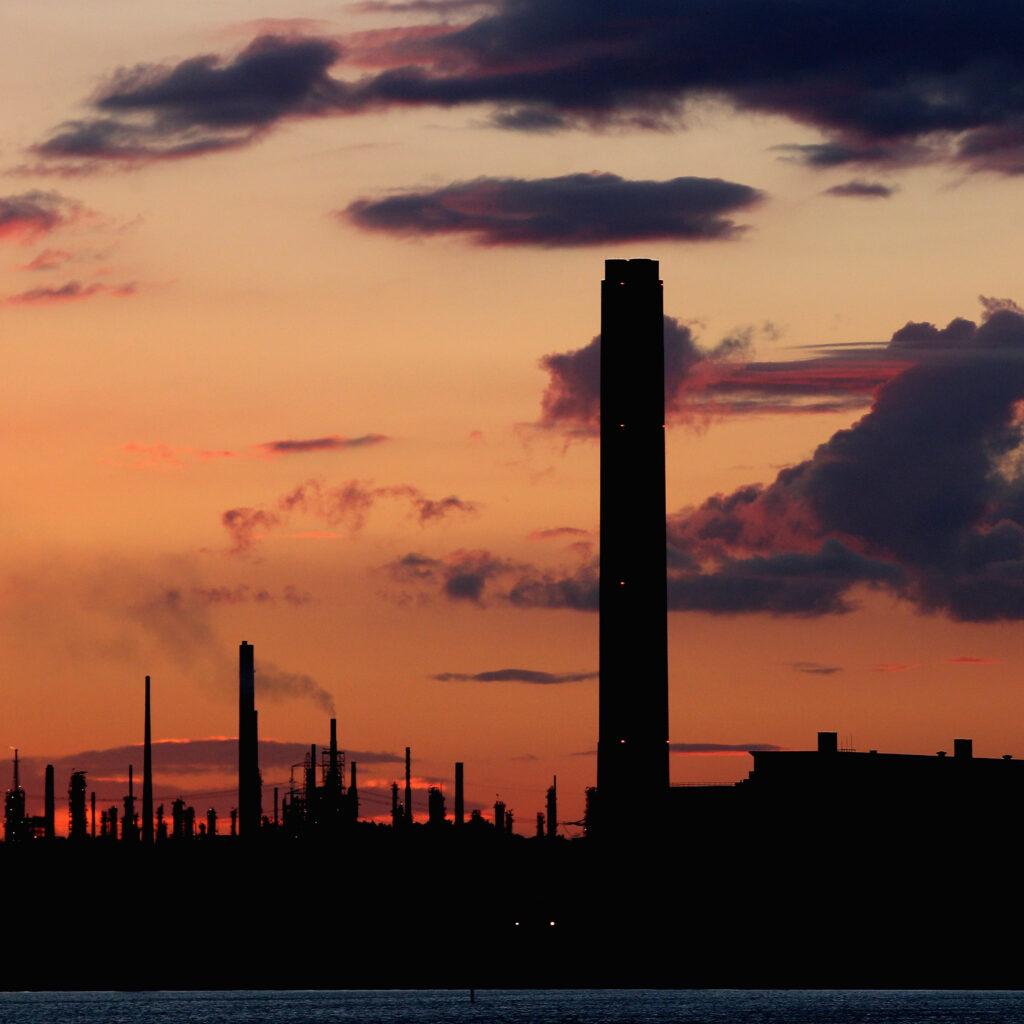 fossil, raffinaderi, rök, röd, solnedgång, moln, himmel, kväll, skorstenar, byggnad