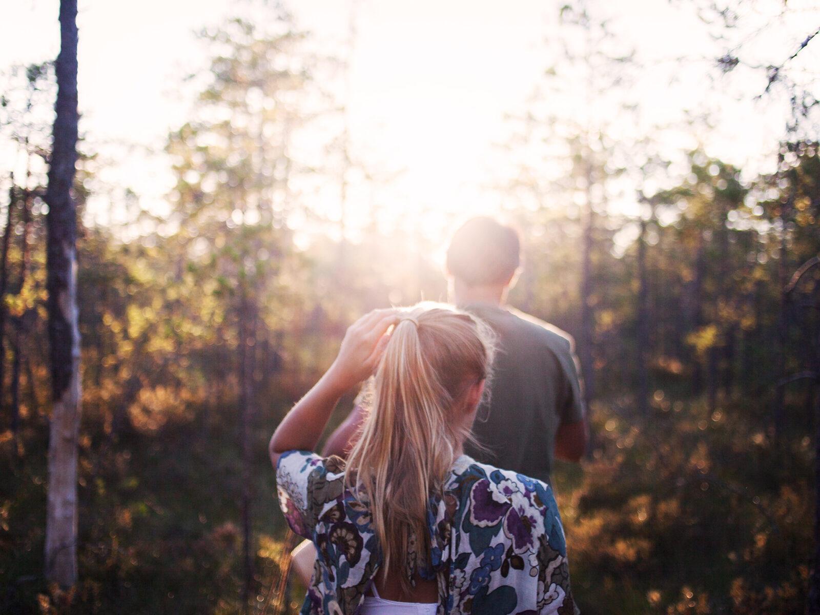 Två personer på skogspromenad, bakifrån.
