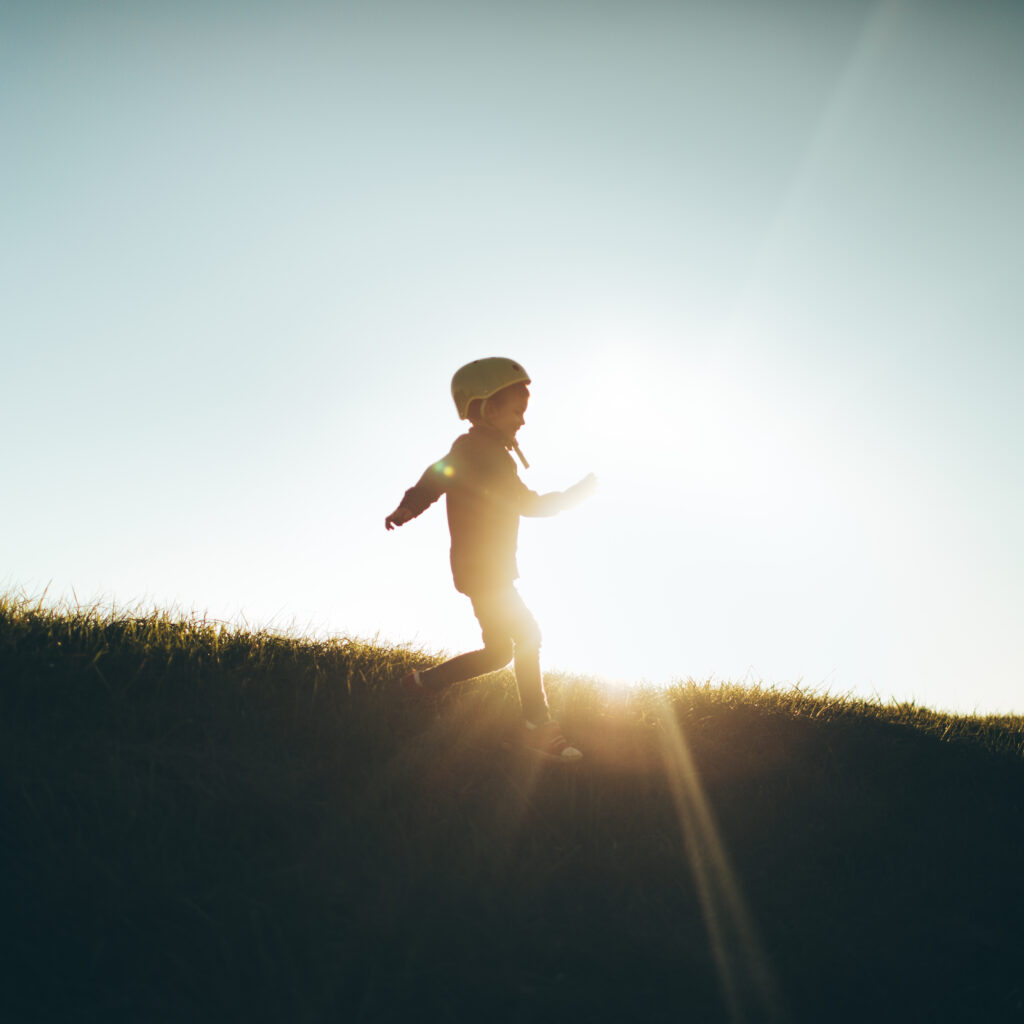 solnedgång, kulle, pojke, barn, hjälm, spring, seger, utomhus,