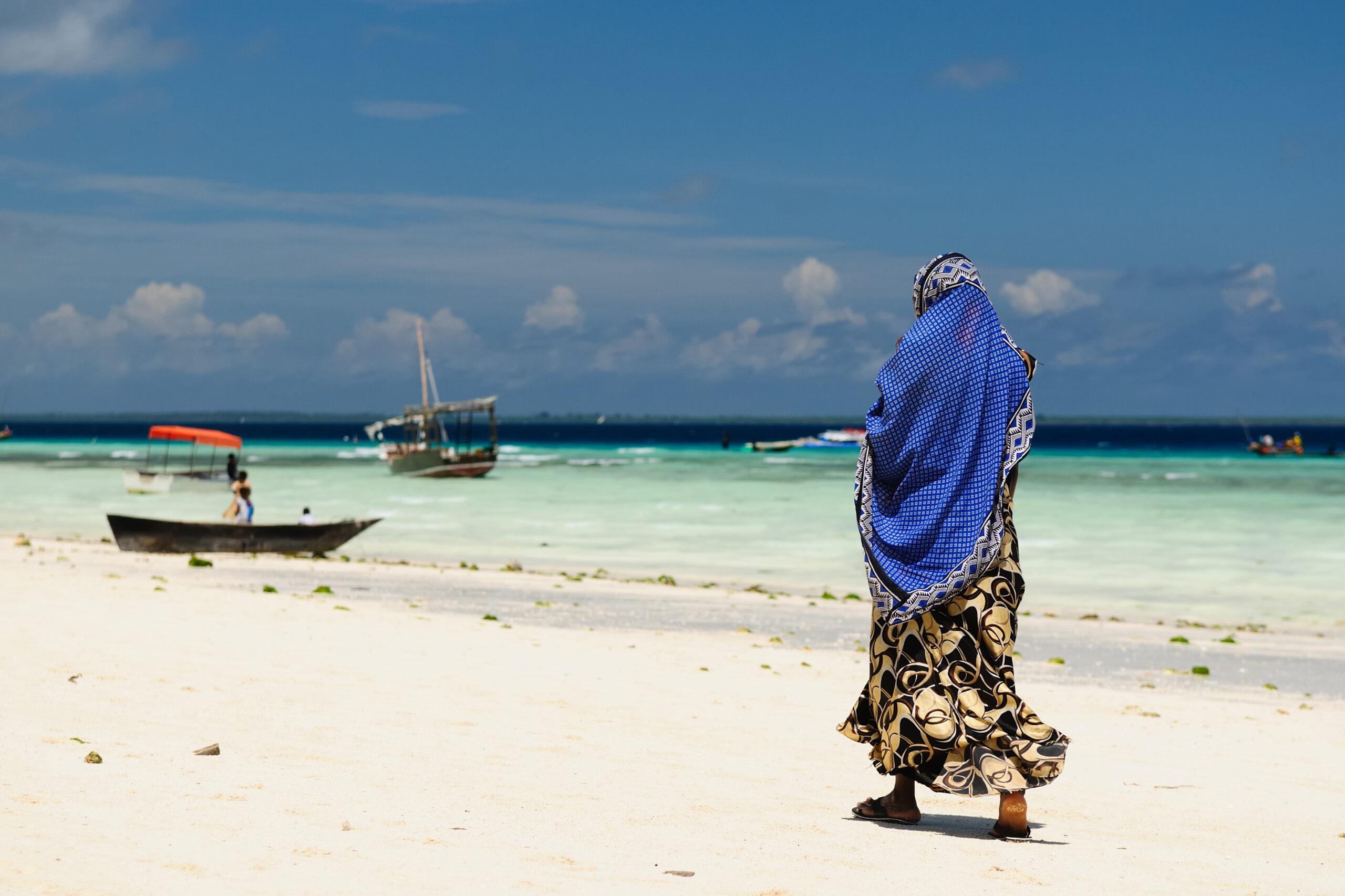 Kvinna på strand på Zanzibar