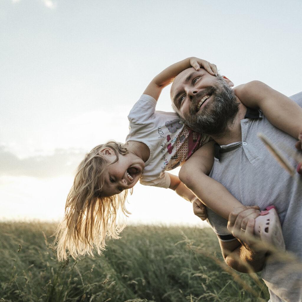 aktiv, man, äng, vuxen, vanlig, barn, flicka, glad, tillsammans, förälder, äldre, positiv, lek, leker, kärlek, närhet, 1023147086