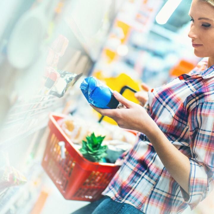 livsmedelsbutik, förpackning, miljömärkt, miljömärkning, val, butik, kvinna, tjej, kundkort, mat, varor, matvaror, välja, shoppa, märke, näring, innehåll, konsumera, köpa, dagligvaruhandel, dagligvara, väljer, rutin, inomhus, affär  pris, varumärke, 512407876, gen, ecolabel