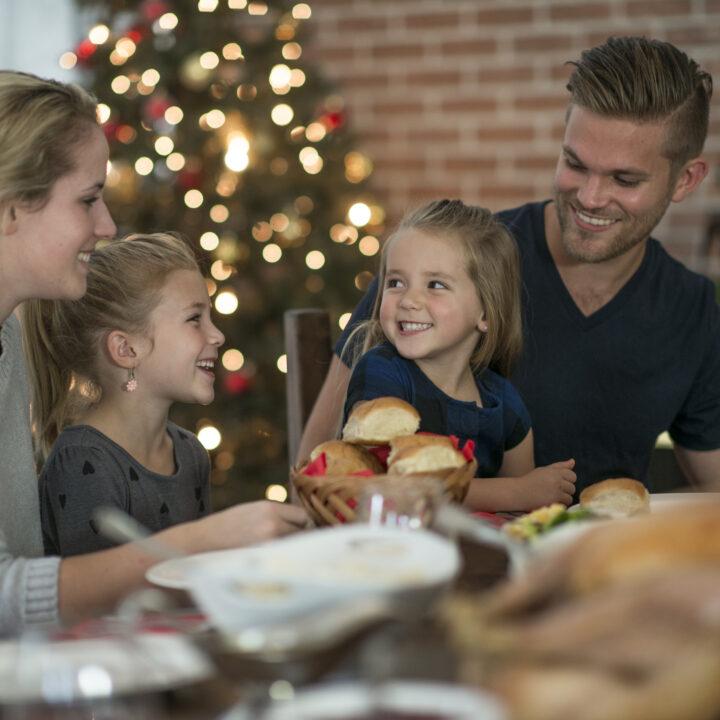 ljus, jul, mat, matbord, familj, man, kvinna, barn, flicka, middagsbord, middag, högtid, måltid, äta, samlas, tillsammans, julgran, lliv, glädje, present, fira, dekoration, miljömärkt, 618180144, kärlek, närhet, glädje, matrum, köksbord, inomhus