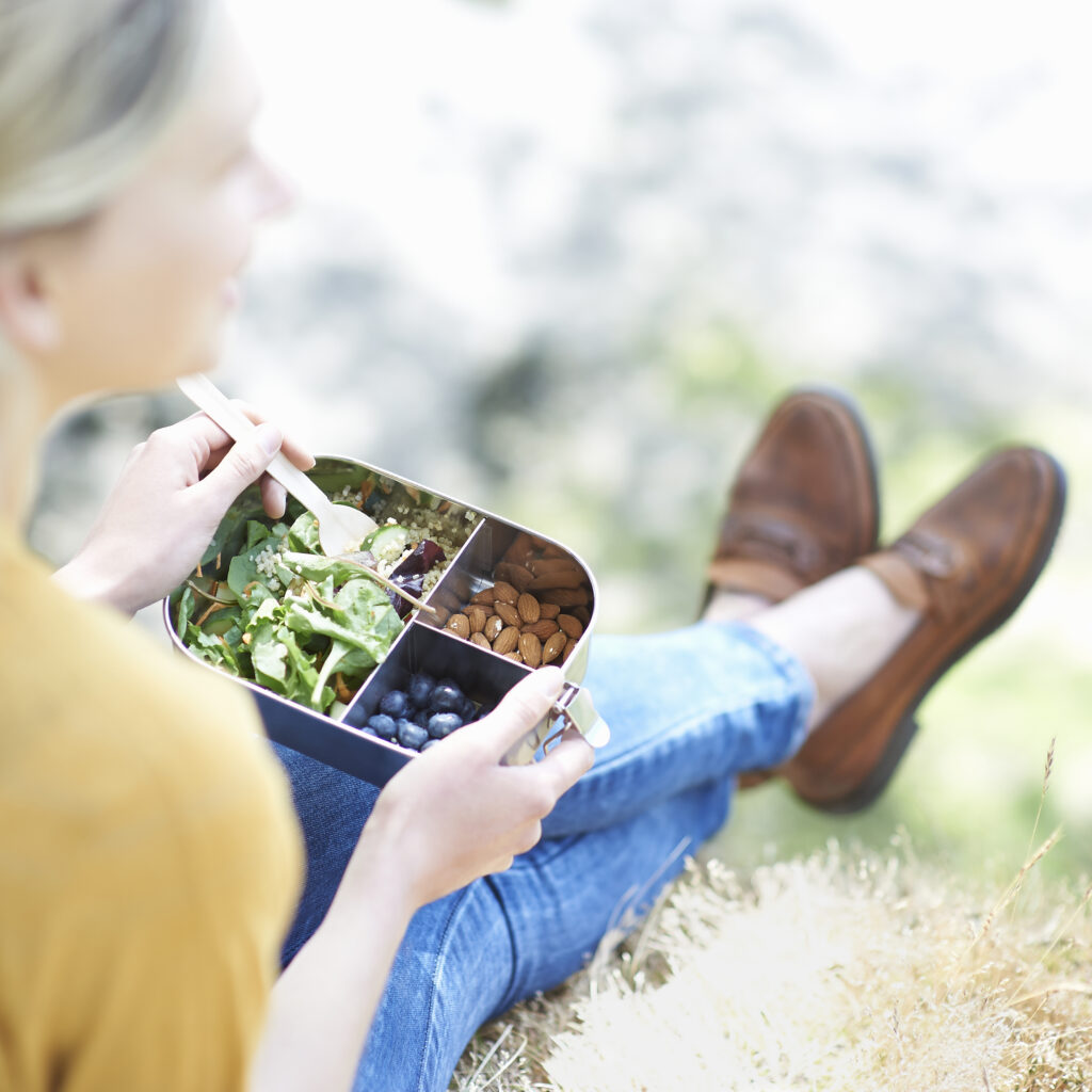 Lunchlåda, gräsmatta, soligt, grön, Blond, Kvinna, gaffel, sallad, bönor, jeans,