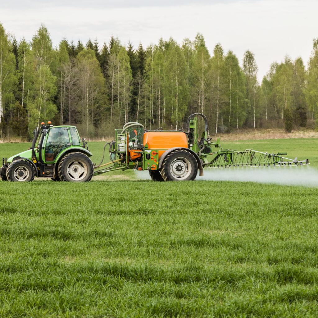 fälten, traktor bonde, bekämpningsmedel, träd, grön, himmel, jordbruket