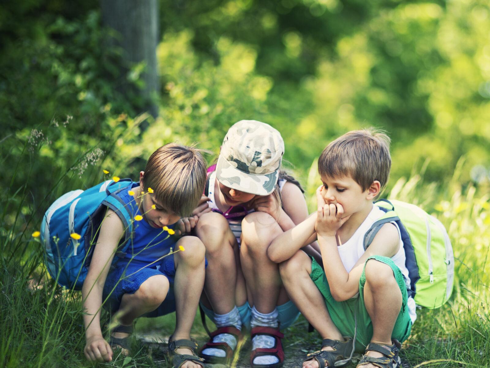 tre barn leker på stig.