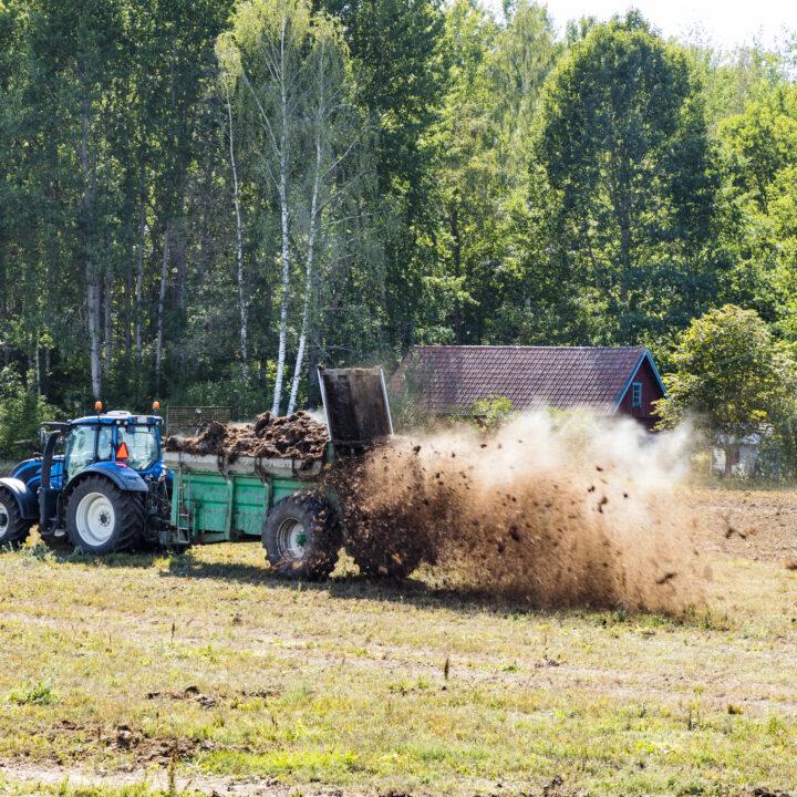 Bondgård, gödslar, traktor, maskin, natur, bonde, odling, mat, jobb,