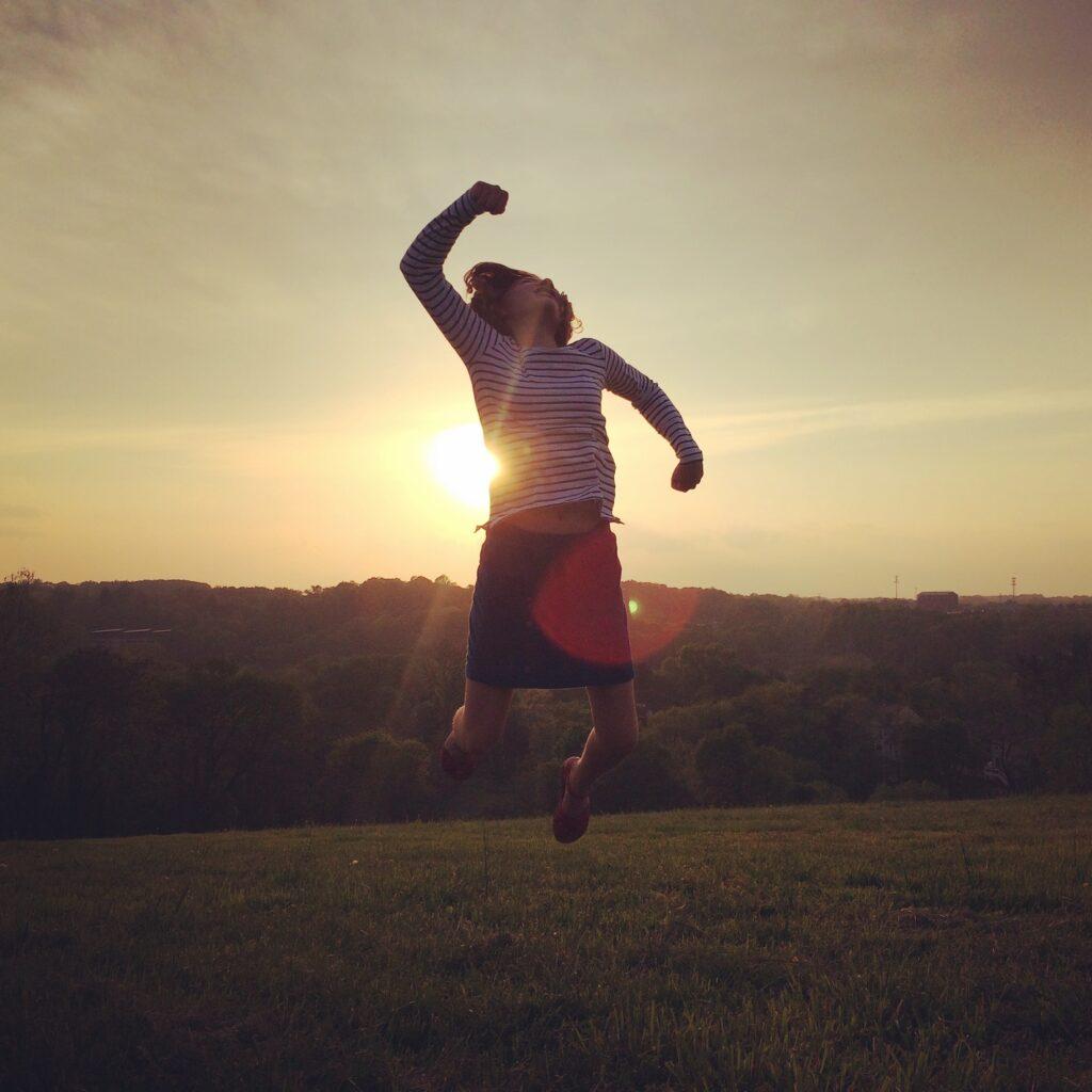 Glädje, segrar, seger, lycka, människa, hurra, hopp, rörelse, motljus, solnedgång, person, kvinna, vinst, solsken