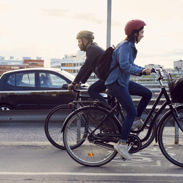 cykelväg, exteriör, föräldraledighet, pappaledighet, pendling, pendling, staden, bil, höghus, himmel, hjälm