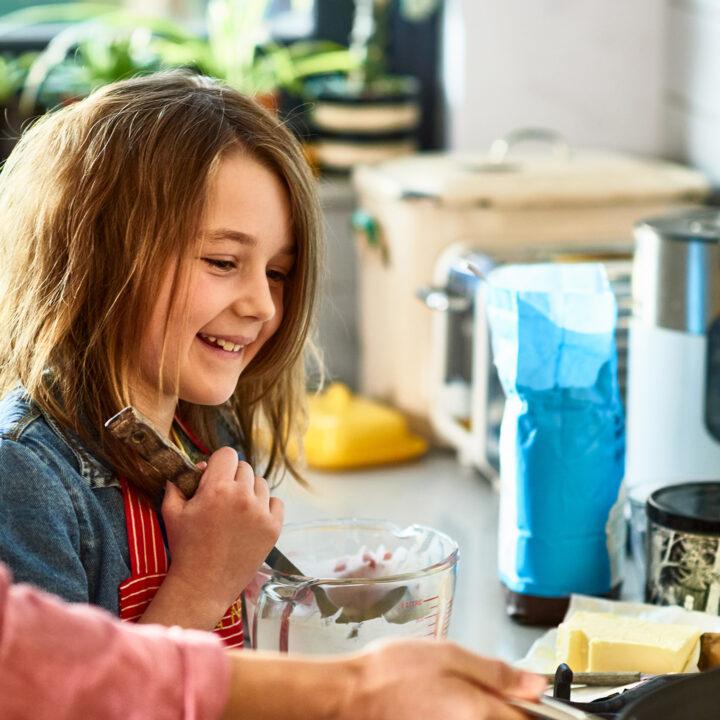 Barn i kök lagar pannkaka