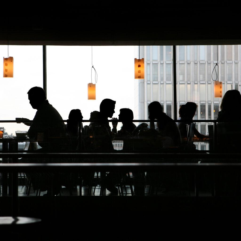 Uppriktig, Lunchpaus, Oigenkännlig person, Tittar genom fönstret, Norrmalm, Kopieringsutrymme, Stadsliv, Cafékultur, Kafé, Cafeteria, Stockholm, Prata, Skyskrapa, Diskussion, Samtida, Trångt, Mat och dryck, Bakbelyst, Inomhus, Panorama Horisontell, Folkmassan, Människor, Sverige, Europa, Solnedgång, Bar, Café, Restaurang, Mat och dryck, Offentlig byggnad, Skyline, Stadsbild, Lunch, Middag