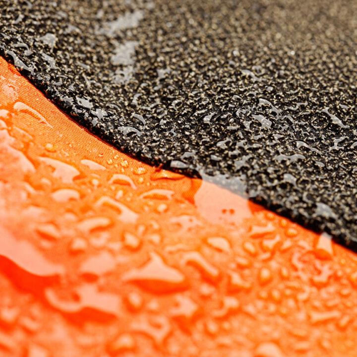 Svart och orange textil med vatten
