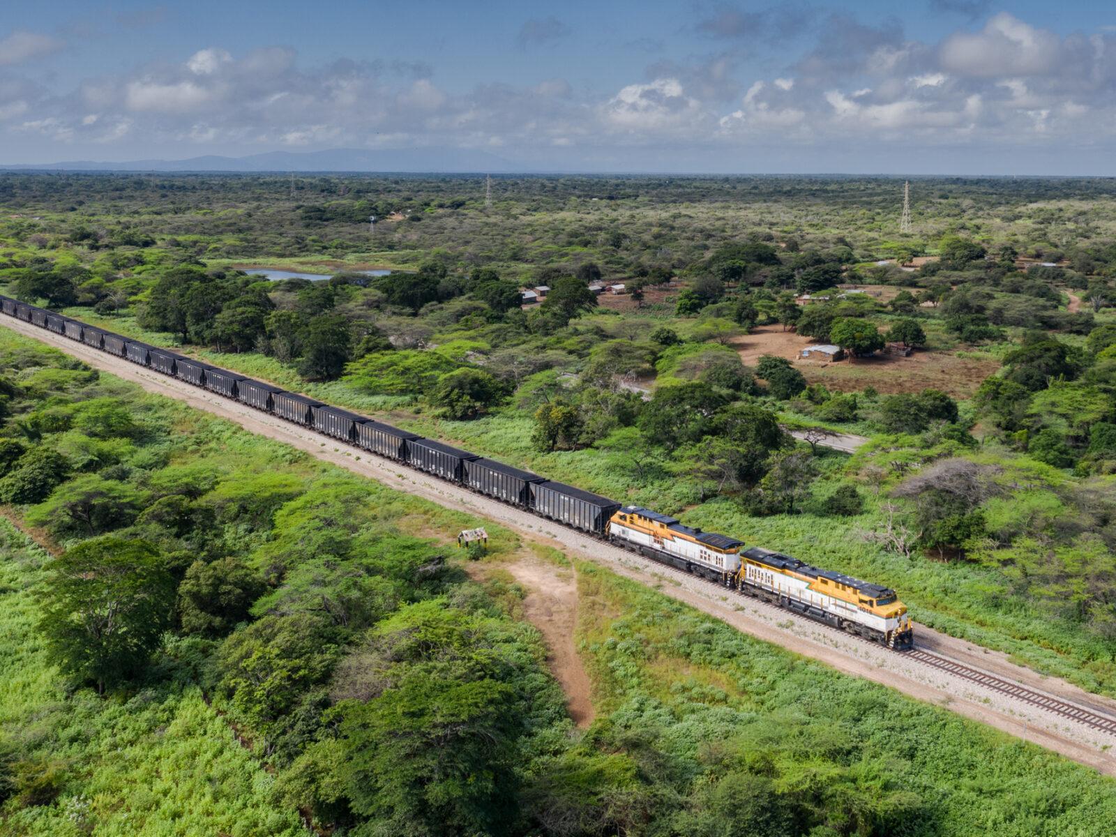 Cerrejón-tågen lastade med kol färdas 150 kilometer, från gruvan i Albania till Puerto Bolivar. På vägen dundrar de förbi samhällen som säger att dammet som yr från kolet förstör deras odlingar.