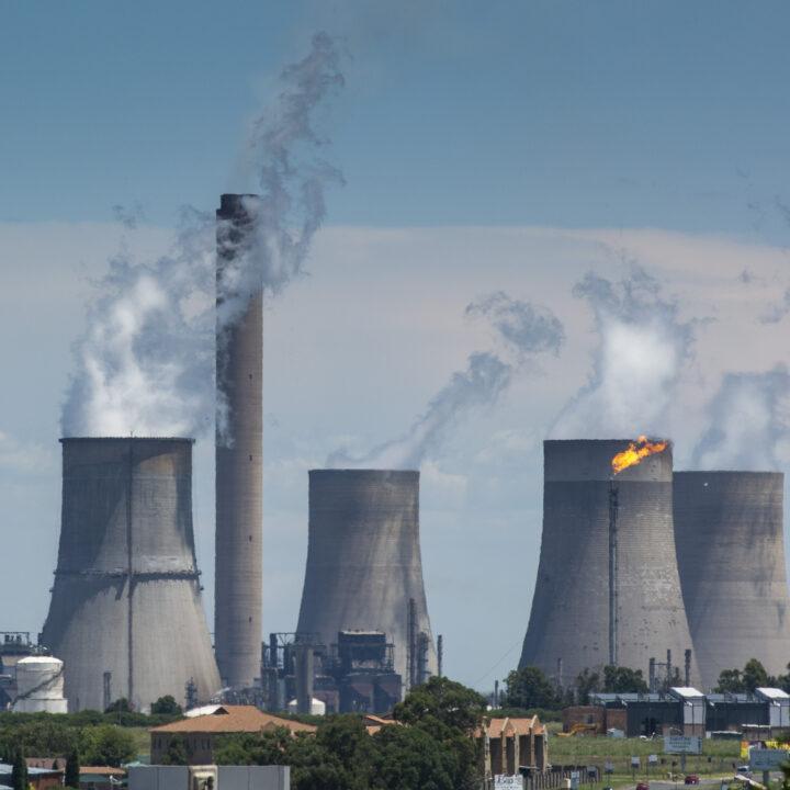 Rök stiger från ett kolkraftverk i Sydafrika